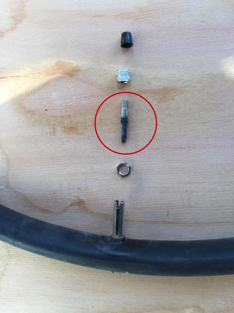 タイヤの空気を入れるバルブはこのようなパーツから構成されています。